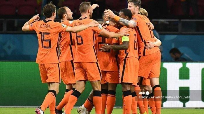 Pemain depan Belanda Wout Weghorst (kanan) merayakan dengan rekan satu timnya setelah mencetak gol kedua selama pertandingan sepak bola Grup C UEFA EURO 2020 antara Belanda dan Ukraina di Johan Cruyff Arena di Amsterdam pada 13 Juni 2021.