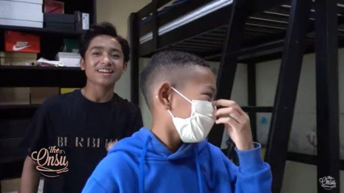 Betrand Peto ajak sang adik, Kevin melihat kamarnya.