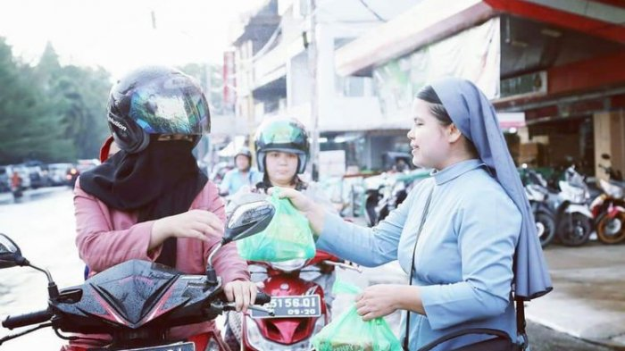 Viral, Biarawati Bagi-bagi Takjil Buka Puasa di Jalanan, Potret Indahnya Toleransi di Kota Pontianak