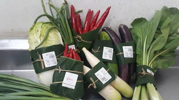 Tak Lagi Menggunakan Plastik, Supermarket di Bali ini Gunakan Daun Pisang untuk Bungkus Makanan