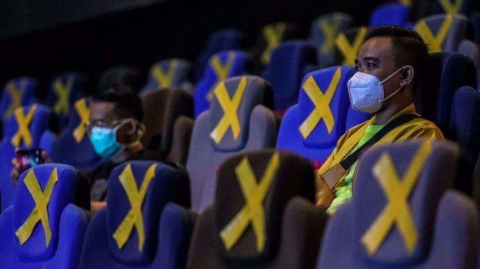 Pengunjung menyaksikan film yang di putar di CGV Grand Indonesia, Jakarta Pusat, Rabu (21/10/2020). CGV Indonesia kembali mengoperasikan bioskopnya di Jakarta mulai Rabu (21/10/2020) hari ini dengan menampung kapasitas di dalam bioskop maksimal 25 persen.