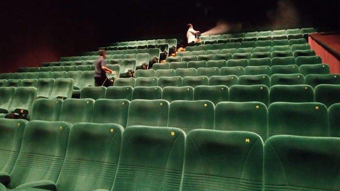 Bioskop disemprot cairan disinfektan