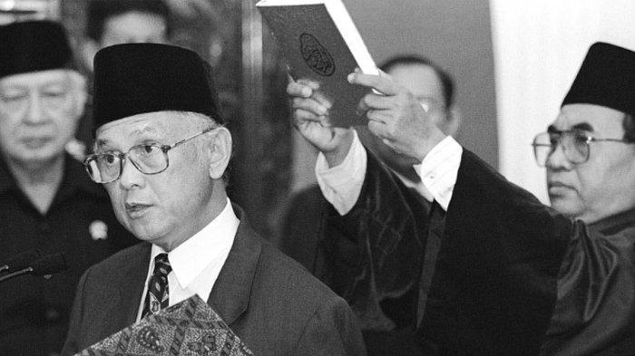BJ Habibie saat mengucap sumpah sebagai presiden pada Mei 1998.