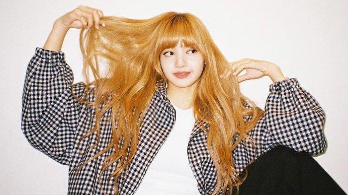 Lisa BLACKPINK menunjukkan rambut panjangnya.