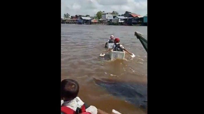 Bocah SD Menyeberang sungai pakai styrofoam di OKI Sumatera Selatan.