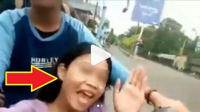 Boncengan Motor Bertiga, Para Remaja Ini Malah Asik Video Selfie Sambil Bercanda, Tiba-tiba Gubrak!