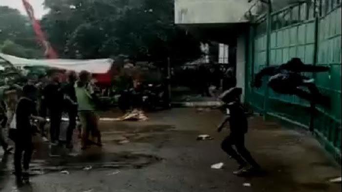 Beredar Video Bonek Rusak Pagar Manahan Sebelum Laga Persebaya vs PSMS, Diduga Ini Penyebabnya!