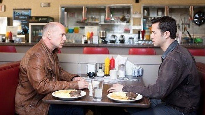 Bruce Willis dan Joseph Gordon-Levitt dalam film Looper.