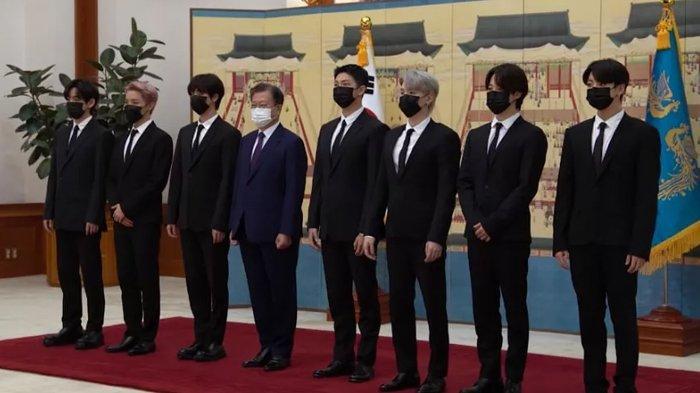 BTS bersama presiden Korea Selatan, Moon Jae In, dalam upacara pelantikan utusan khusus.