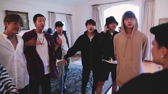 BTS Bertemu dengan Halsey di Korea, Netizen Salfok dengan Warna Rambut Jungkook!