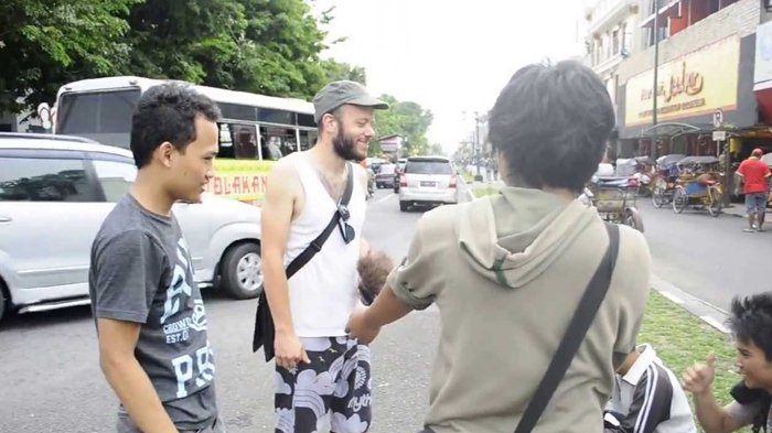 Menurut Bule, Begini 6 Kebiasaan Unik Warga Indonesia, Nomor 1 Banyak yang Nggak Sadar!
