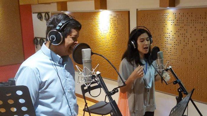 Candra Darusman duet dengan Dian Sastro.
