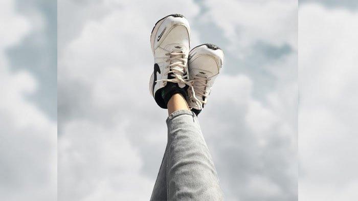 Cara Membersihkan Sepatu di Rumah, Alas Kaki Kembali Mengkilap dan Bebas Bau, Apa Saja Bahannya?