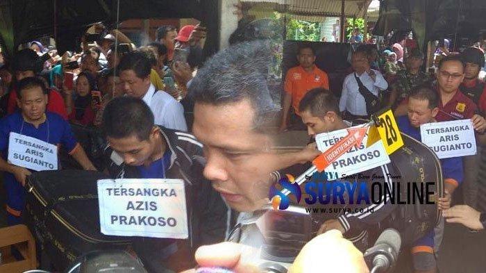 Pelaku pembunuhan disertai mutilasi, Aris dan Azis, naik sepeda motor memeragakan membawa koper dan kepala korban Budi Hartanto untuk dibuang saat rekonstruksi di Kediri, Rabu (24/4/2019).