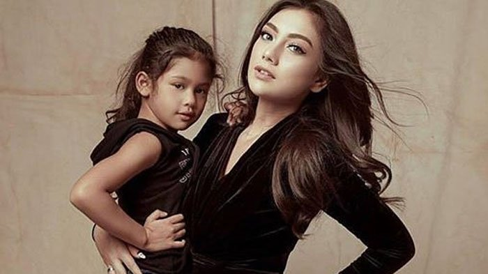 Celine Evangelista dan anaknya, Jemima.