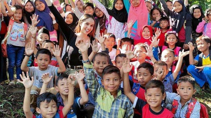 Cinta Laura Sedih Anak-anak Yayasannya Sulit Belajar Online, Tak Punya Gadget & Sulit Akses Internet