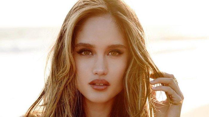 OOTD Cinta Laura Bertemakan Full Gold Bak Model International, Cantik Alami!