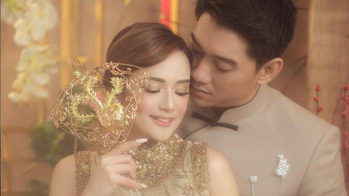 Citra Monica dan Ifan Seventeen melakukan sesi foto prewedding dengan tema busana Mandarin klasik.