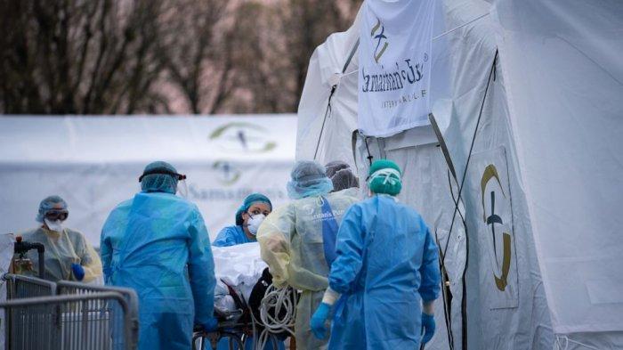 Pasien corona sedang ditangani tim medis