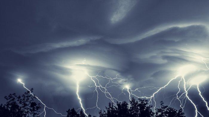POPULER Prakiraan Cuaca Minggu 11 Oktober 2020, BMKG Peringatan Dini Cuaca Ekstrem, 18 Wilayah Hujan