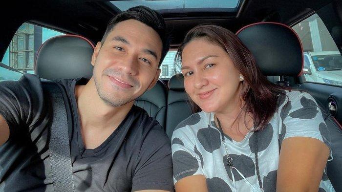 Darius Sinathrya dan Donna Agnesia harus rela ditinggal sang putra sulung untuk sekolah bola di Perancis.