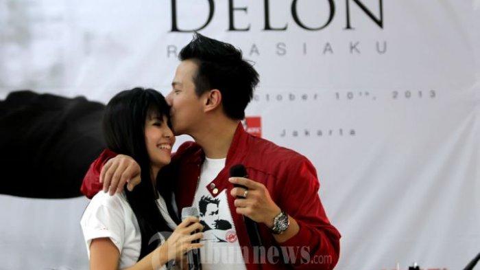 Aksi Panggung penyanyi Stanislaus Alexander Liauw Delon Thamrin atau biasa dipanggil Delon saat berduet bersama istrinya Yeslin Wang menyanyikan lagu 'Sejauh Apa Pun' di KFC Kemang, Jakarta Selatan, Kamis (10/10/2013). Pada album ini terasa istimewa karena sang Istri ikut terlibat didalamnya.