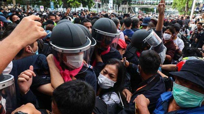 Pengunjuk rasa pro-demokrasi bentrok dengan polisi pada aksi unjuk rasa menentang dekrit darurat oleh Pemerintah Thailand, di Bangkok, Thailand, Kamis (15/10/2020). Puluhan ribu orang turun ke jalan memprotes keputusan Pemerintah mengeluarkan dekrit darurat yang melarang kerumunan dan pembatasan media.