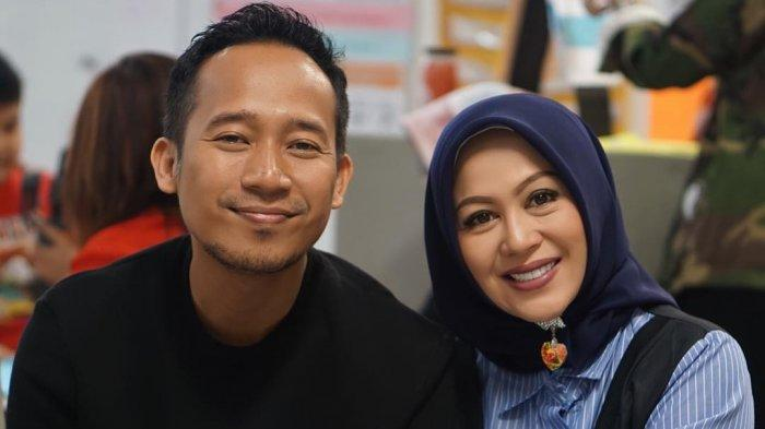Anniversary ke 13, Istri Denny Cagur Tulis Beberapa Pertanyaan Untuk Suami: Tak Niat Poligami Kan?