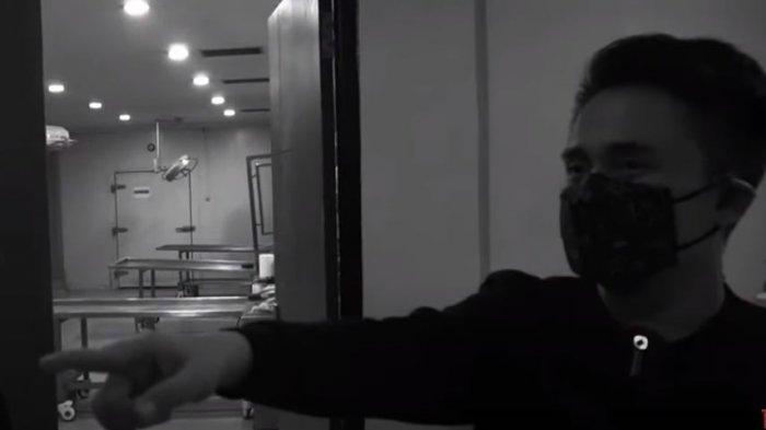Denny Darko di sekitar kamar jenazah korban Sriwijaya Air (YouTube denny darko)