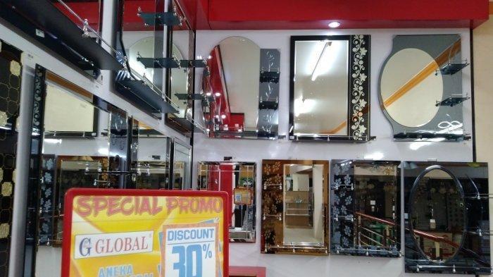 Deretan produk cermin terpajang rapi di ruang belanja.