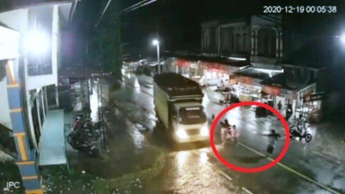 Detik-detik Aura tewas dilindas oleh truk yang dikendari sang ayah