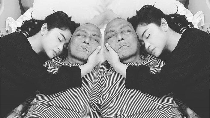 Dewi Perssik bersama mendiang sang ayah tercinta