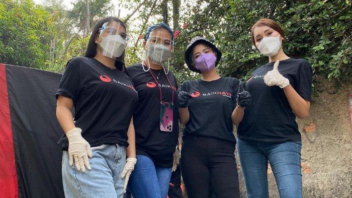 Datangi Rumah Warga, Dewi Perssik dan Lucinta Luna Bagi-bagi 3000 Paket Daging Kurban & Sembako