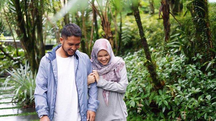 Posting Foto Mesra Bareng Suami, Dewi Sandra Siap Jadi yang ke-4, Kenapa?