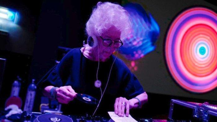 Viral Nenek 80 Tahun Di Polandia yang Masih Lincah Nge-DJ di Klub Malam