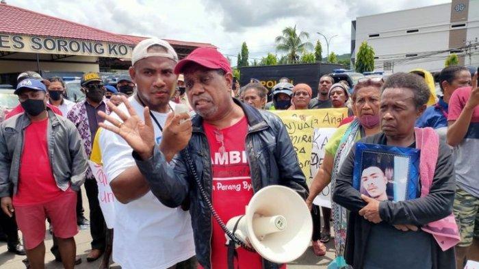 Tak Terima Adik Ipar Tewas di Tahanan, Edo Kondologit Unjuk Rasa di Mapolres Sorong Kota