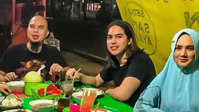 Makan di Pinggir Jalan, El Rumi Bagikan Potret Adem Ayem Bareng Ahmad Dhani dan Mulan Jameela