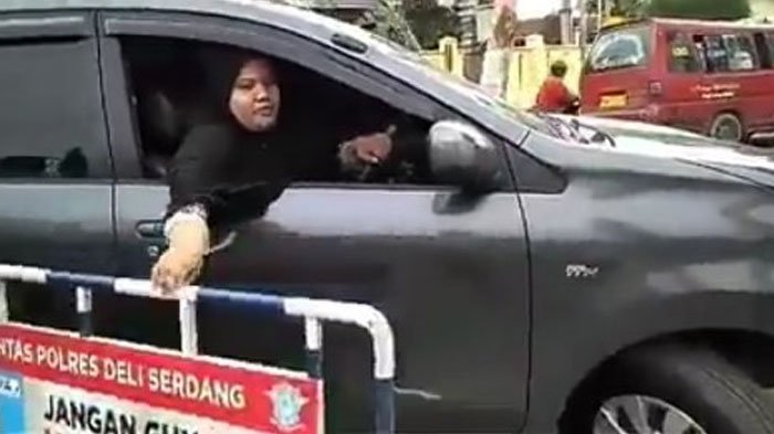Nekat Terobos Pagar Pembatas Jalan dan Hampir Tabrak Polisi, Aksi Emak-emak Ini Bikin Geram Netter!
