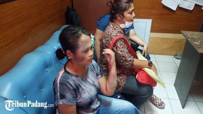EY saat melaporkan suaminya ke Polresta Padang