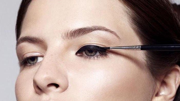 Biar Nggak Belepotan, Ikuti 8 Trik Cara Memakai Liquid Eyeliner Buat Pemula, Agar Kamu Cepet Jago!