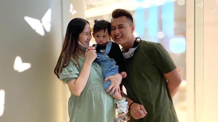 Eza Gionino bersama istri dan anak pertamanya