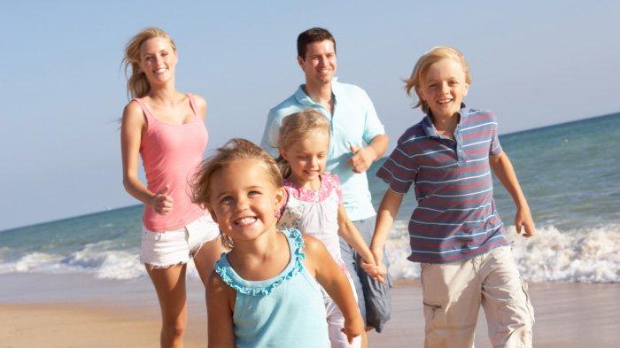 Ilustrasi keluarga liburan.