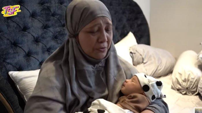 Fanny Bauty menangis tersedu-sedu saat menggendong baby Ukkasya anak dari Zaskia Sungkar dan Irwansyah.