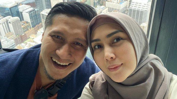 Fenita Arie dan Arie Untung salah kostum di tasyakuran 7 bulanan Wardah Maulina