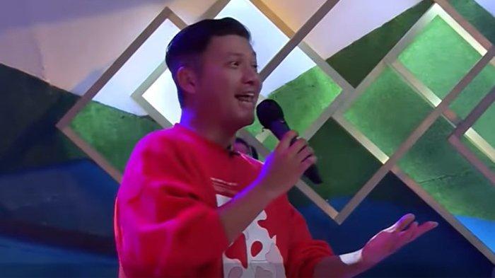 Gading Marten menyanyikan lagu 'Pergilah Kasih'.