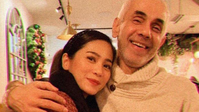 Bunga Zainal dan suaminya.