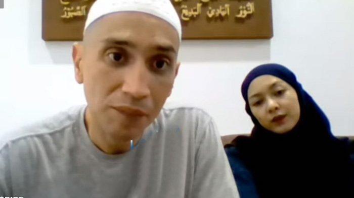 Gary Iskak didampingi sang istri, Richa, saat jumpa pers virtual.