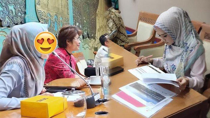 5 Gaya Kerja Mulan Jameela Jadi Anggota Dewan, dari Pose Serius hingga Raut Wajah Tertawa Cantik