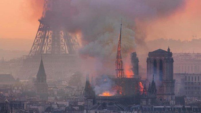 Gereja Notre-Dame di Paris terbakar.