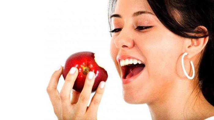 Ilustrasi makan buah apel.